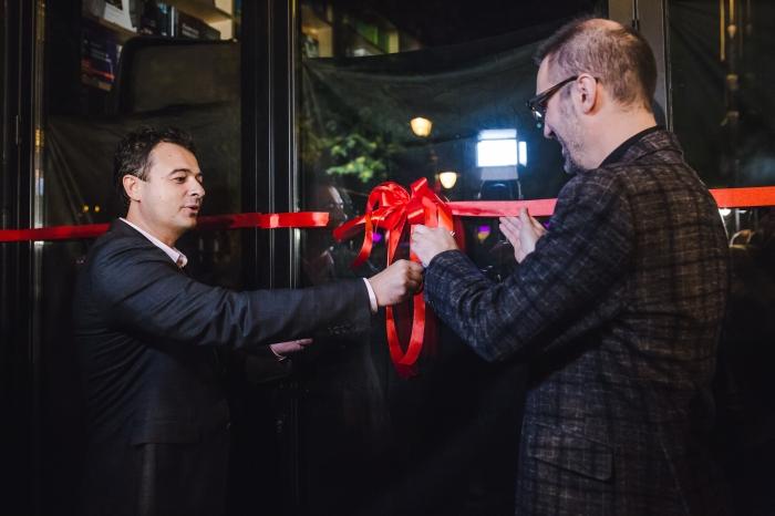 Слободан Голубовски и Дарко Фиданоски ја пресекоа црвената панделка со што означија почеток на работа на книжарницата Literatura.mk