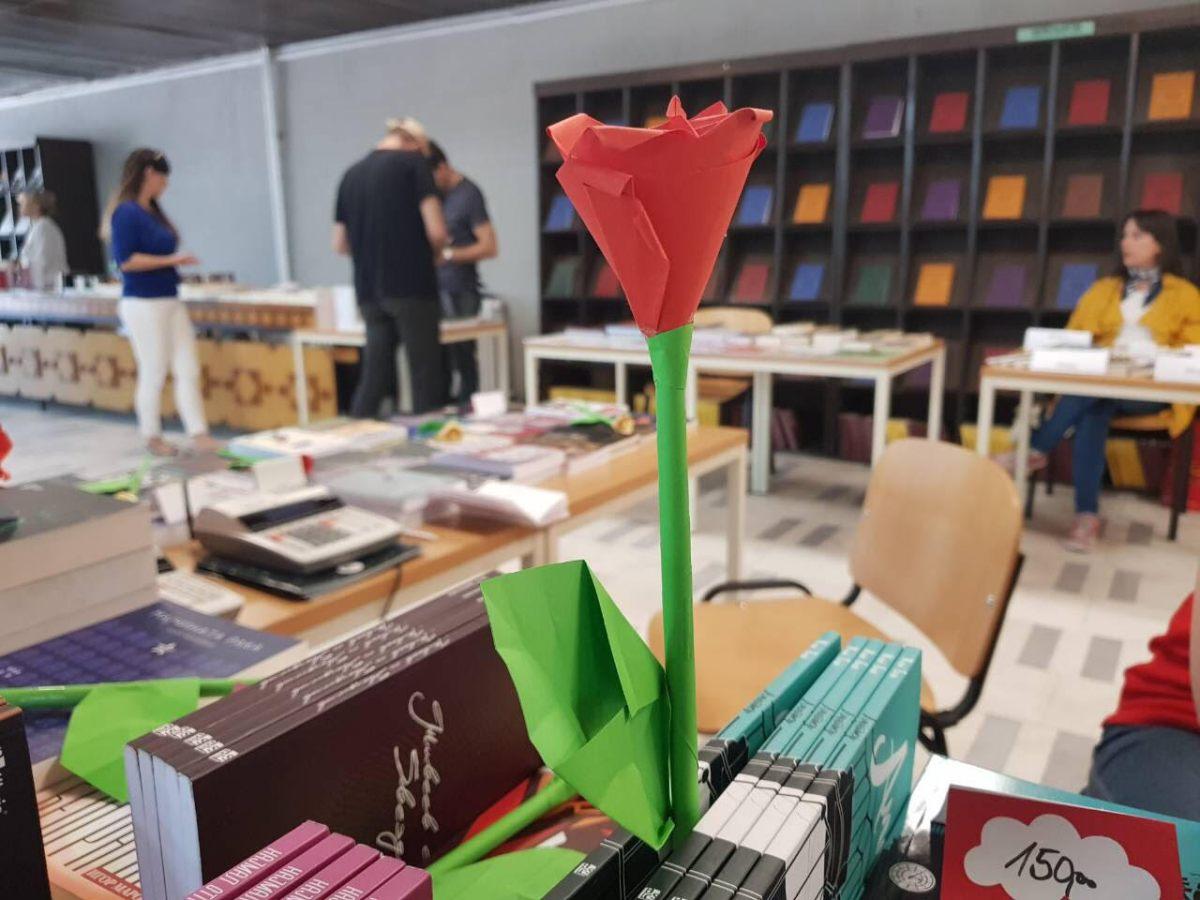 Со рози, порака од Алаѓозовски и стихови на шпанскиот амбасадор одбележан Светскиот ден на книгата во Скопје